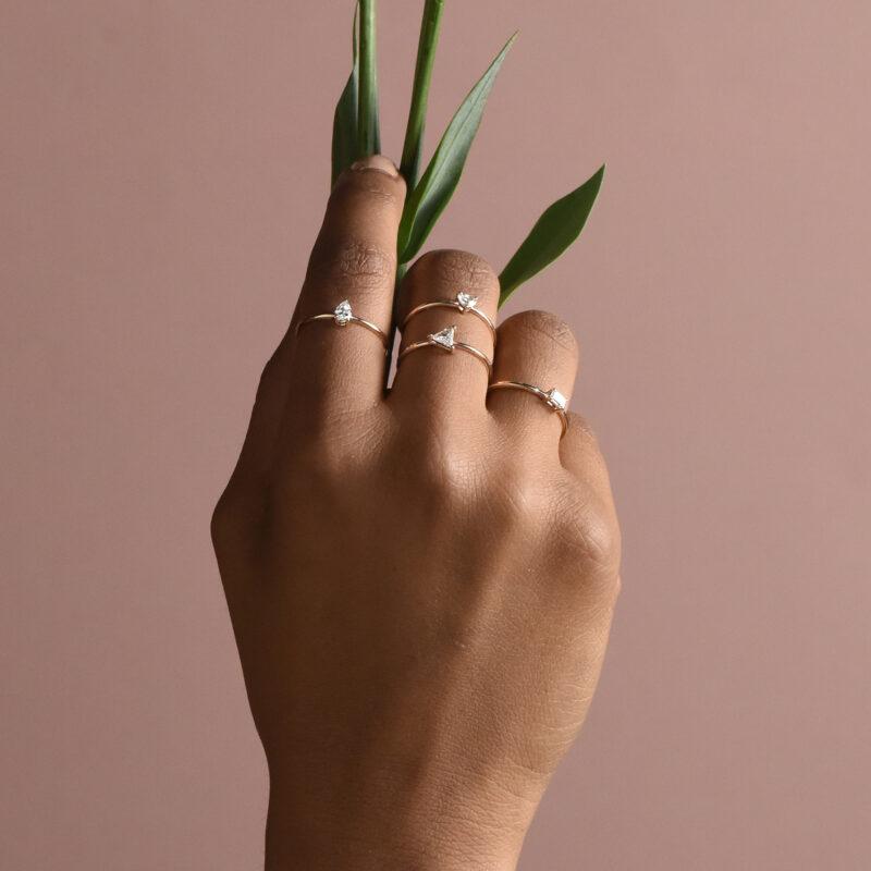 Anello con diamante a goccia, ct. 0,20