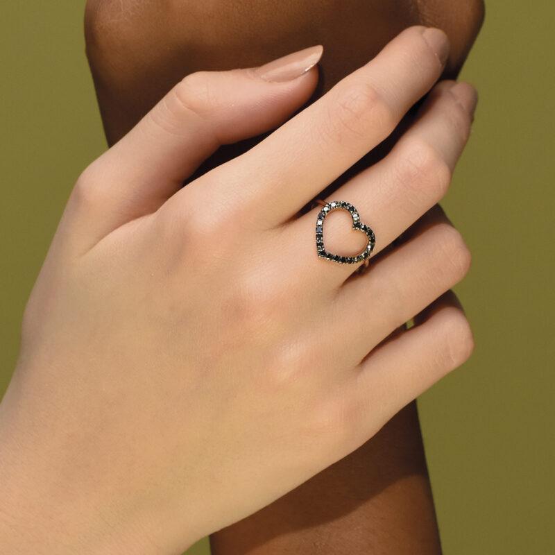 Anello con cuore a filo e diamanti neri, ct. 0,33
